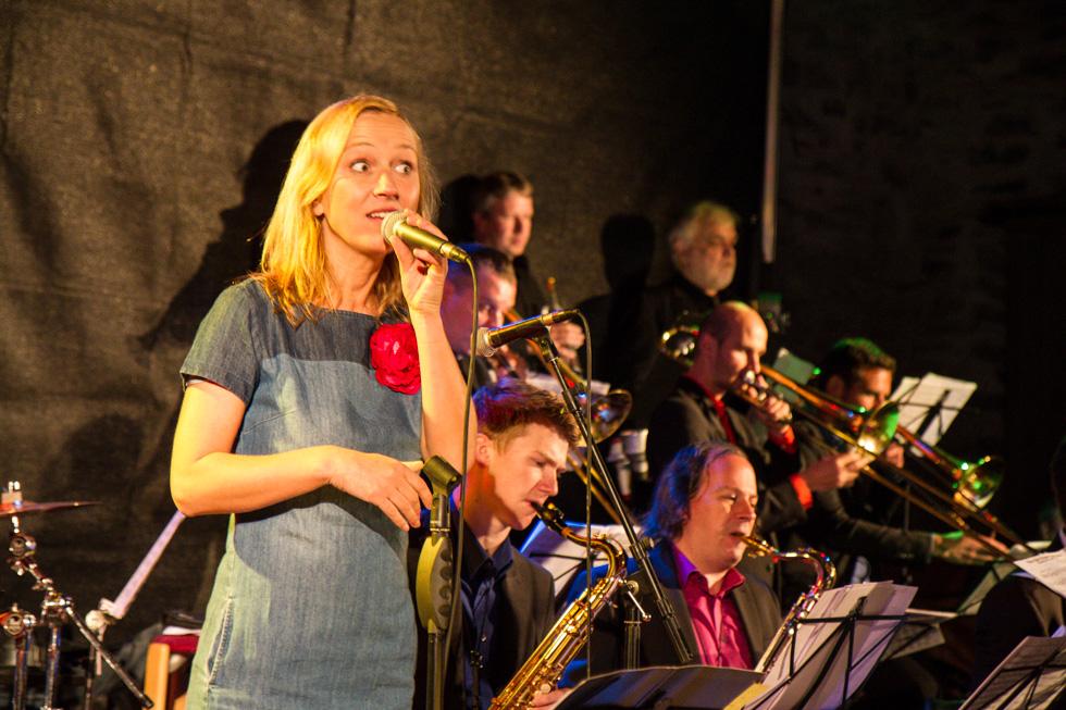 Jorinde Jelen und die Muiker der Tobias Schütte- Jazz-Band begeisterten das Ostwiger Publikum. Foto: Kultur Pur/Ulrich Bock