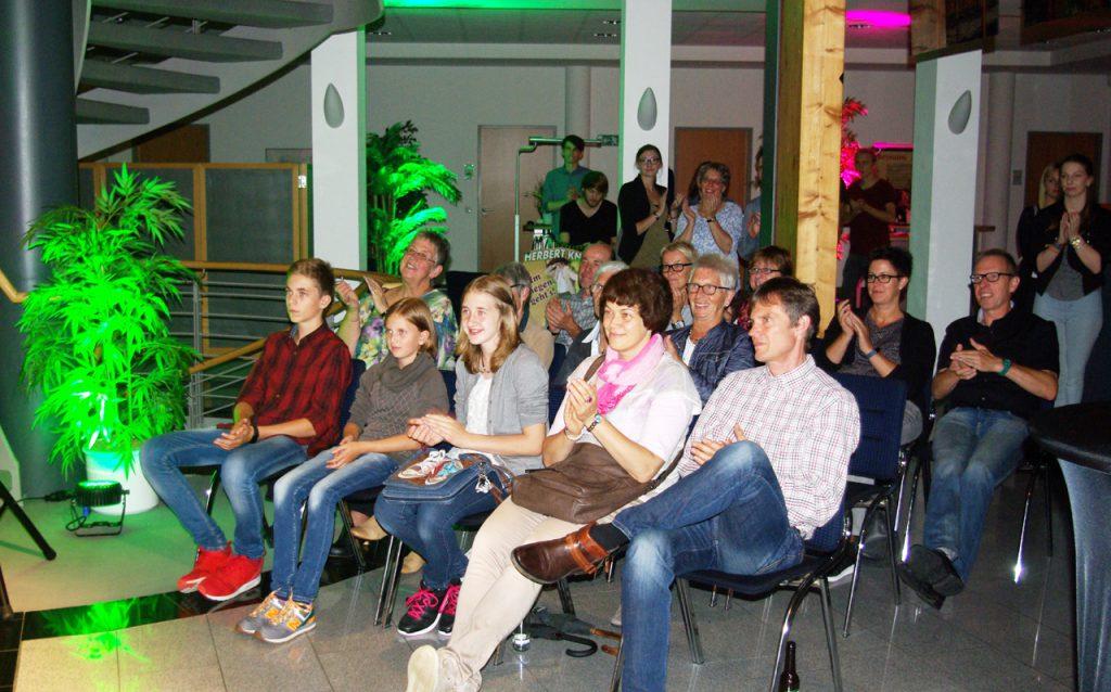 Das Publikum in der Sparkasse spendete allen Künstlern viel Beifall. Foto: Kultur Pur/Ulrich Bock