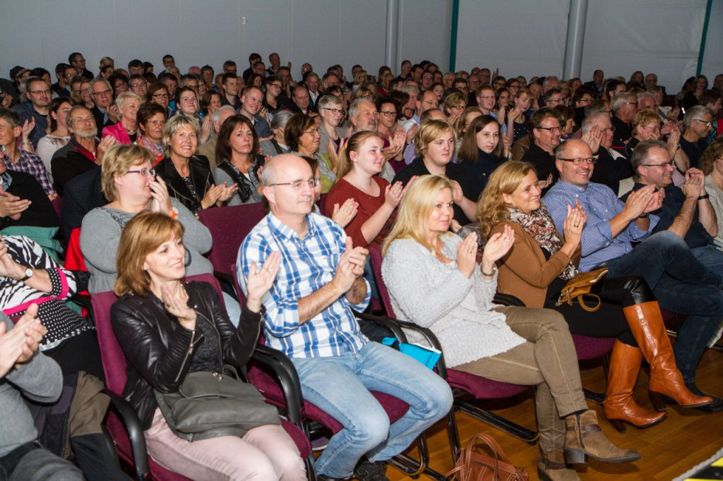 250 Zuschauer waren ins Bestwiger Bürger- und Rathaus gekommen.