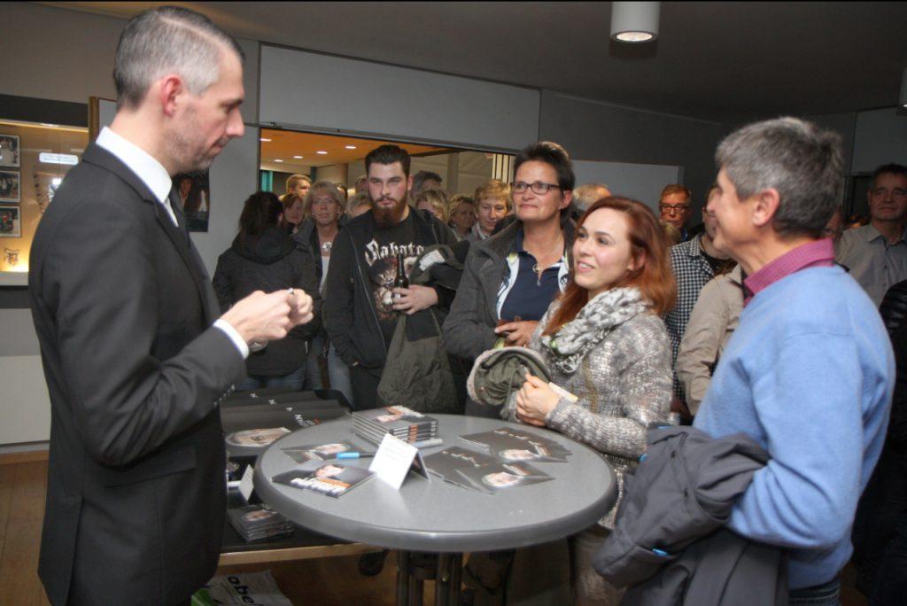 Kontaktfreudig: Nach dem Programm gab Sebastian Pufpaff Autogramme, plauderte mit den Gästen und verschenkte Tourplakate.