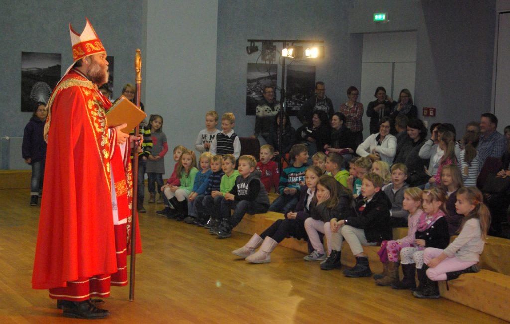 Und kaum war die Vorstellung zu Ende, kam der echte Nikolaus. Oder war er es doch nicht...? oto: Kultur Pur/Ulrich BOck