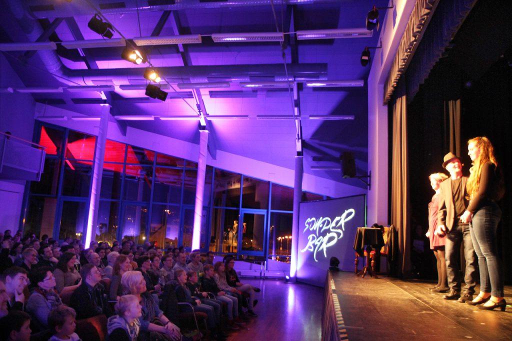 Marc Dolle holt sich immer wieder Zuschauer aus dem Publikum auf die Bühne.
