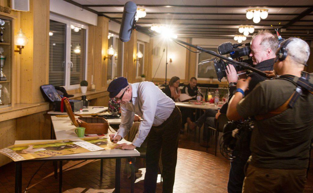 Auch backstage filmte der WDR den Künstler. — – hier: Schützenhalle Velmede.