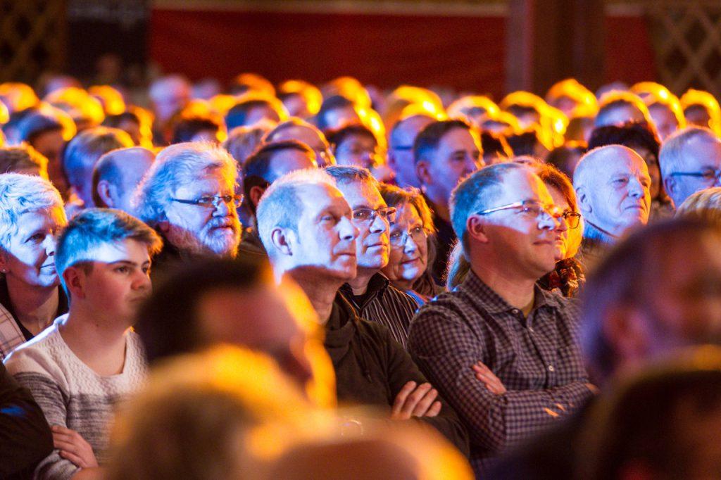 Das Publikum ist aufmerksam.