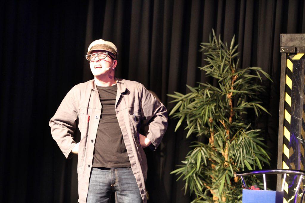 Erst einmal kam Hausmeister Heinz auf die Bühne. Auch er kann zaubern.