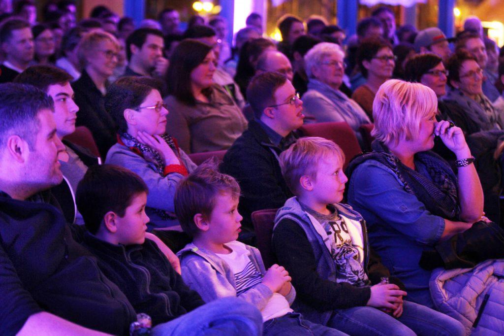 Das Publikum folgt gespannt.