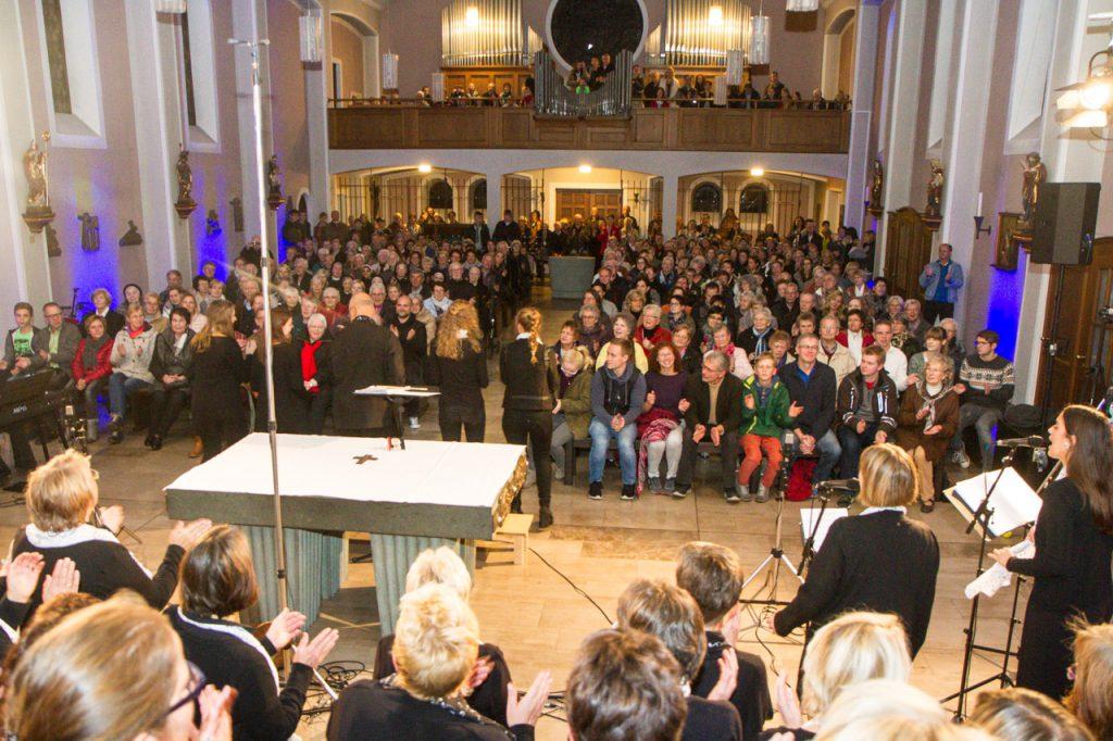 350 Besucher füllen die Christkönig-Kirche. Sogar die Orgelbühne ist voll besetzt.