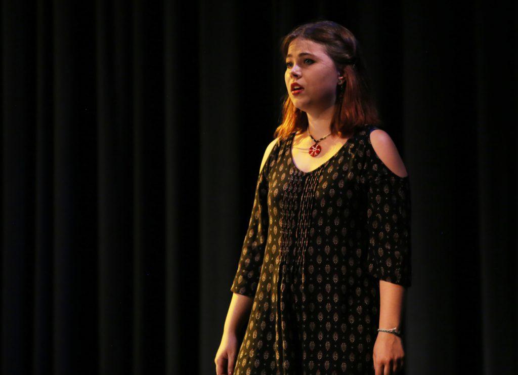 """Malena singt das alte Volkslied """"Ich hab die Nacht geträumet (…) Was mag der Traum bedeuten? Ach Liebster, bist Du tot?"""""""