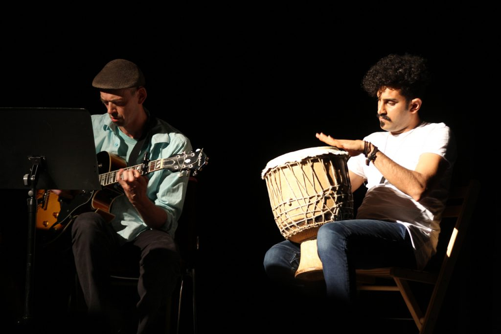 Das gemeinsame Musizieren ist ein wesentliches Element des Projektes: Dirk Mündelein an der Gitarre und Alireza Shoordi an der Trommel.