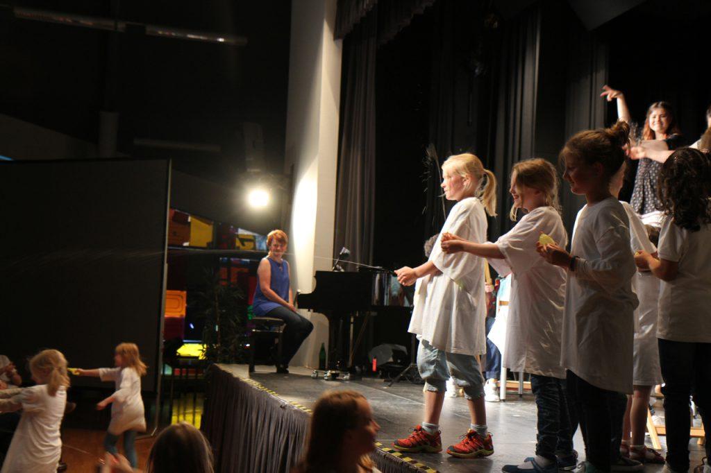 Smigus-Dyngus am Ostermontag in Polen: Die Jungen bespritzen die Mädels mit Wasser.