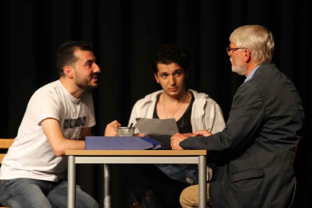 Nach echten Begebenheiten nachgespielt: der Besuch der Flüchtlinge im Sozialamt. Orwah und Max stellen bei Joachim einen Antrag.
