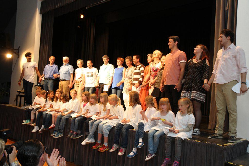 Abschlussbild: Einheimische Migranten und Flüchtlinge, die im Sauerland leben, bedanken sich bei dem Bestwiger Publikum.