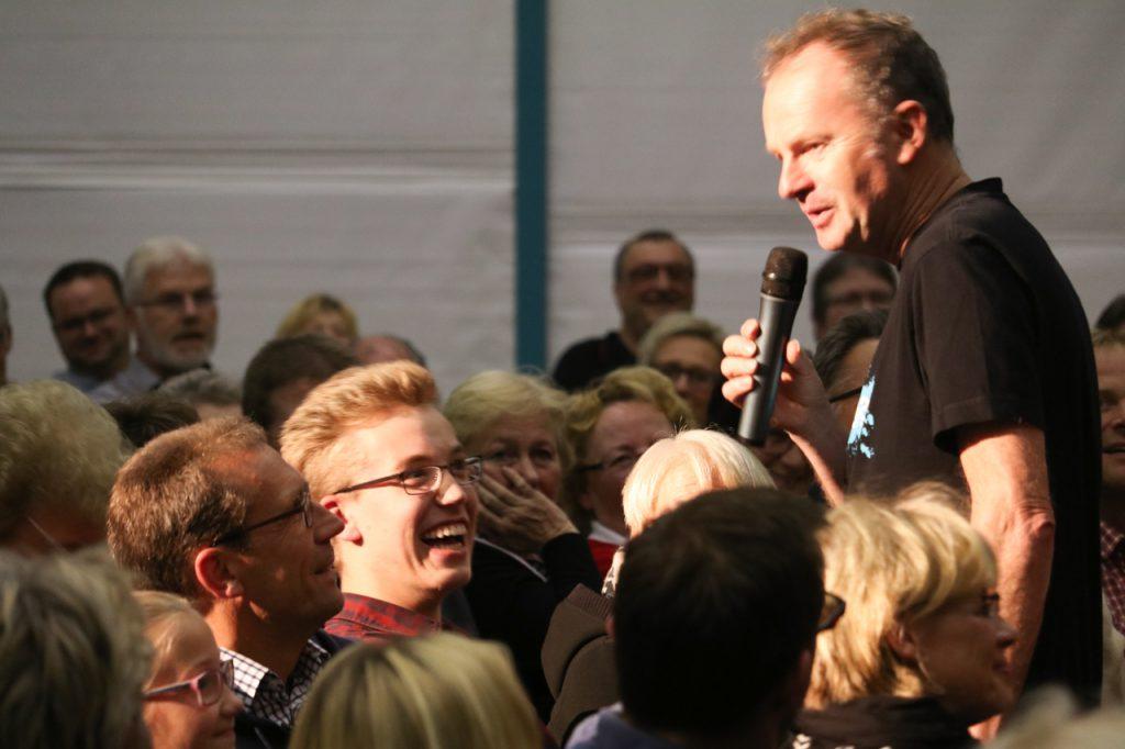 Dialog im Publikum: Was ist Dein Lieblingsverein? Bayern München? Die Antwort ist richtig. Foto: Kultur Pur/Ulrich Bock