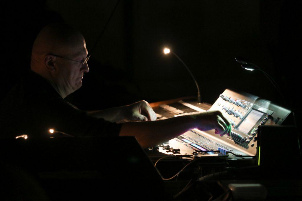 Auch aufwändige Bühnentechnik zeichnet Willy Astors Programme aus. Foto: Kultur Pur/Ulrich Bock