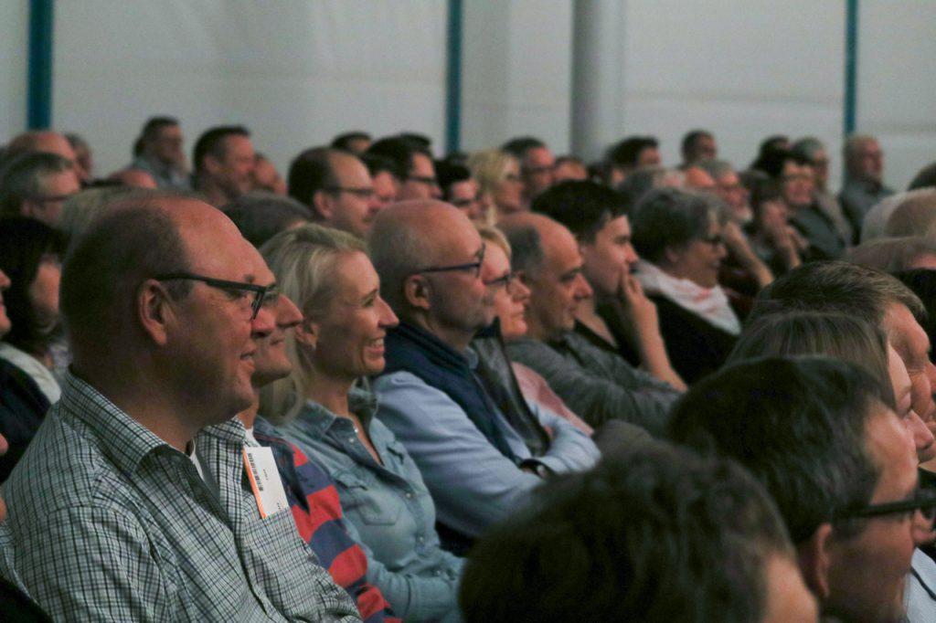 Das Publikum hat viel zu lachen - muss sich aber auch immer wieder konzentrieren. Foto: Kultur Pur/Ulrich Bock