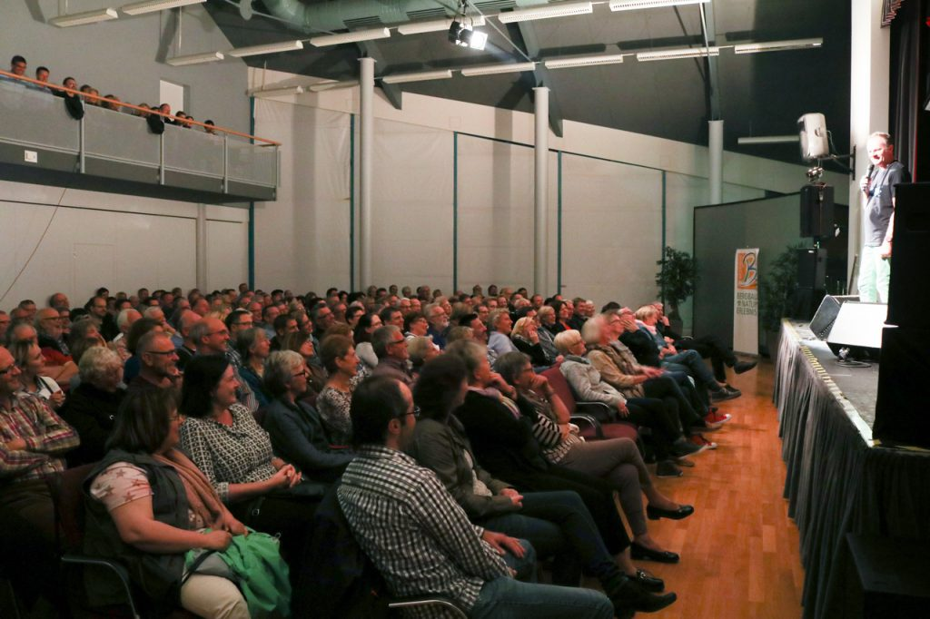 Immer wieder interagiert Willy Astor mit dem Publikum. Foto: Kultur Pur/Ulrich Bock
