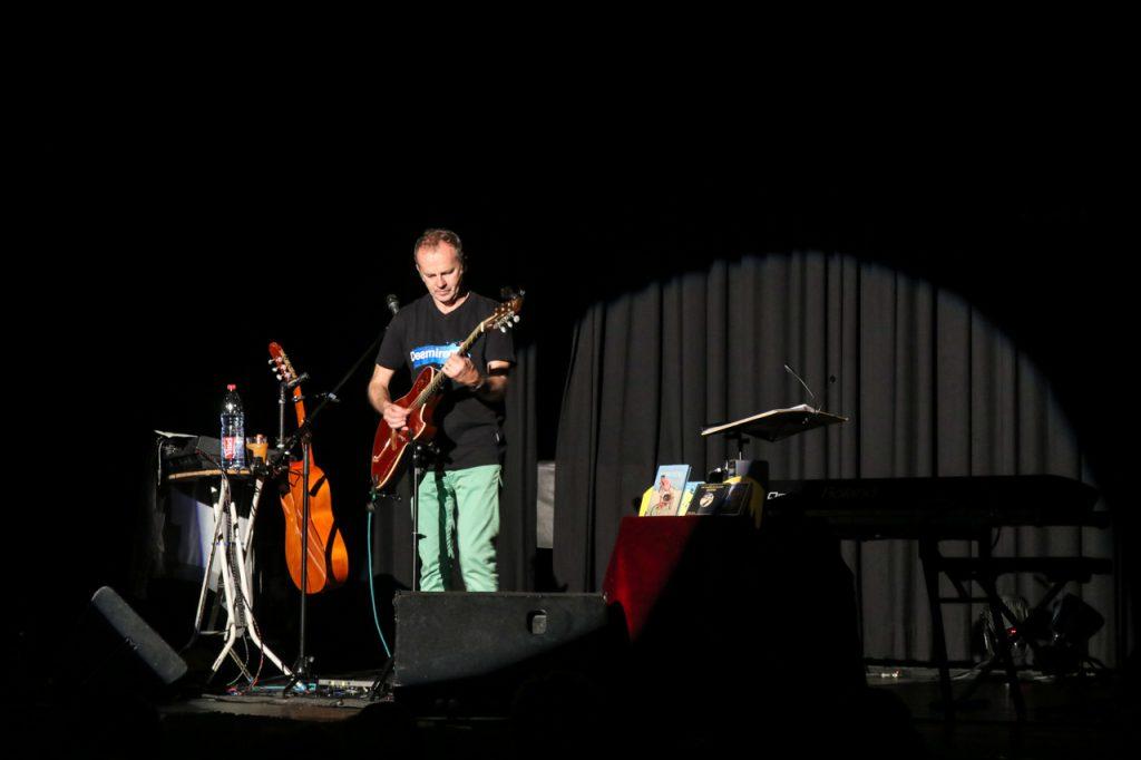 Mit einem Chance-Song beendet Willy Astor den lyrischen Teil des Abends. Foto: Kultur Pur/Ulrich Bock