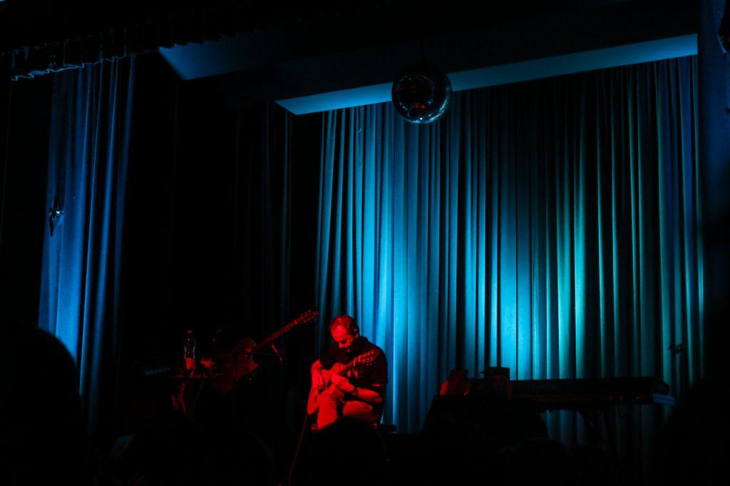 """Zum Instrumental-Stück """"Nautilus"""" ist der Saal in meerblaues Licht getaucht. Foto: Kultur Pur/Ulrich Bock"""