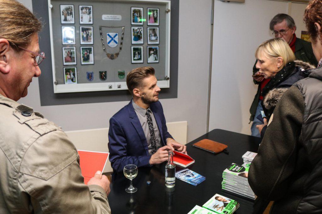Nach der Show schrieb Florian Schroeder Autogramme, verkaufte Bücher und beantwortete Fragen. Foto: Kultur Pur/Ulrich Bock