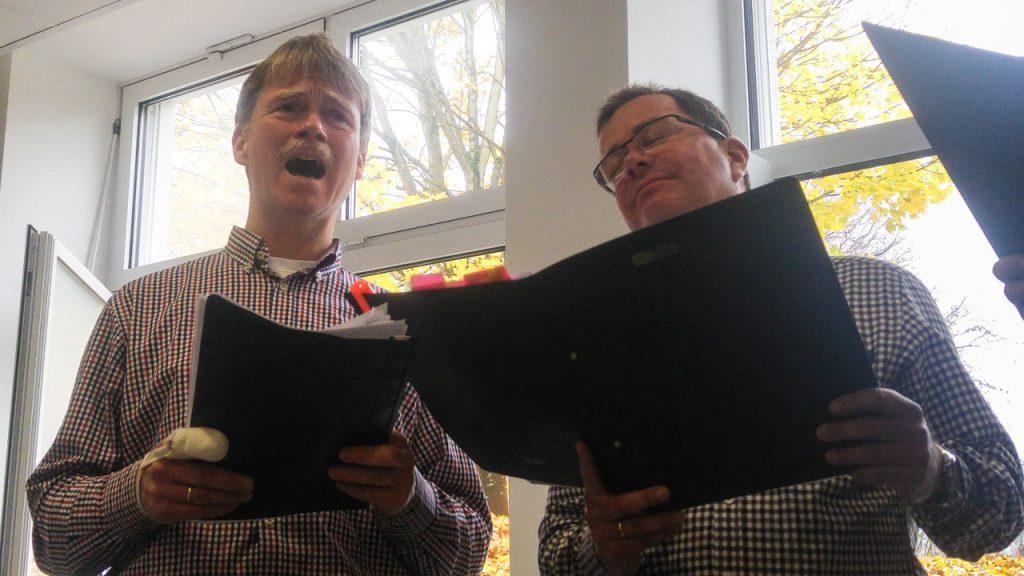 Eigentlich singen sie die dieselbe Stimme. Aber der eine schreit eher, als dass er singt, und der andere träumt noch... Foto: Katja Streich