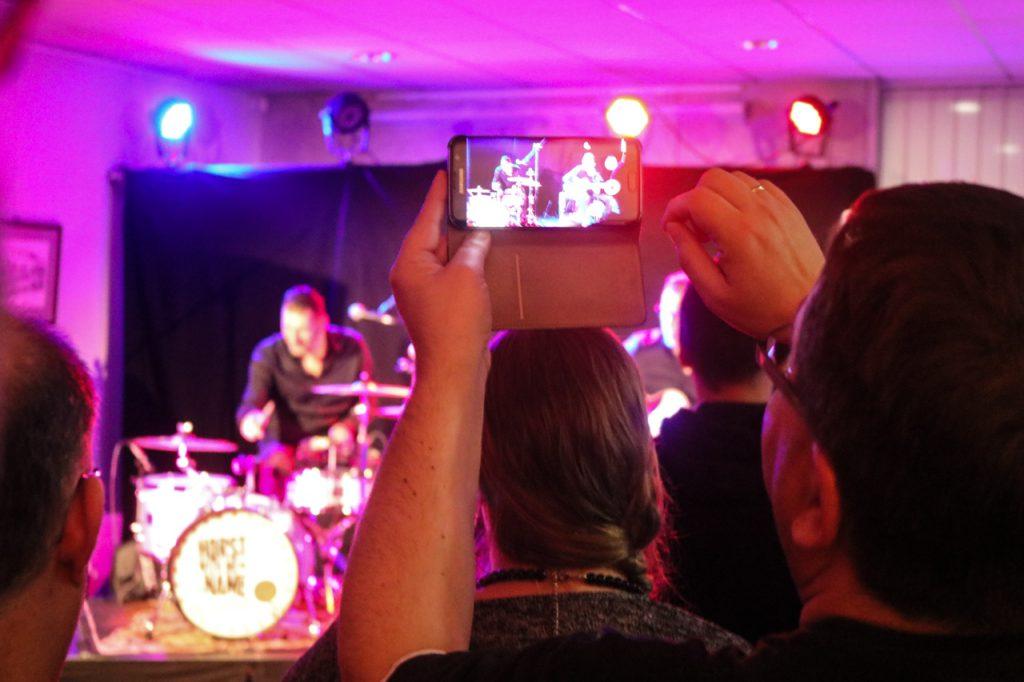 ...und die Smartphones sind natürlich auch mit dabei. Foto: Kultur Pur/Ulrich Bock