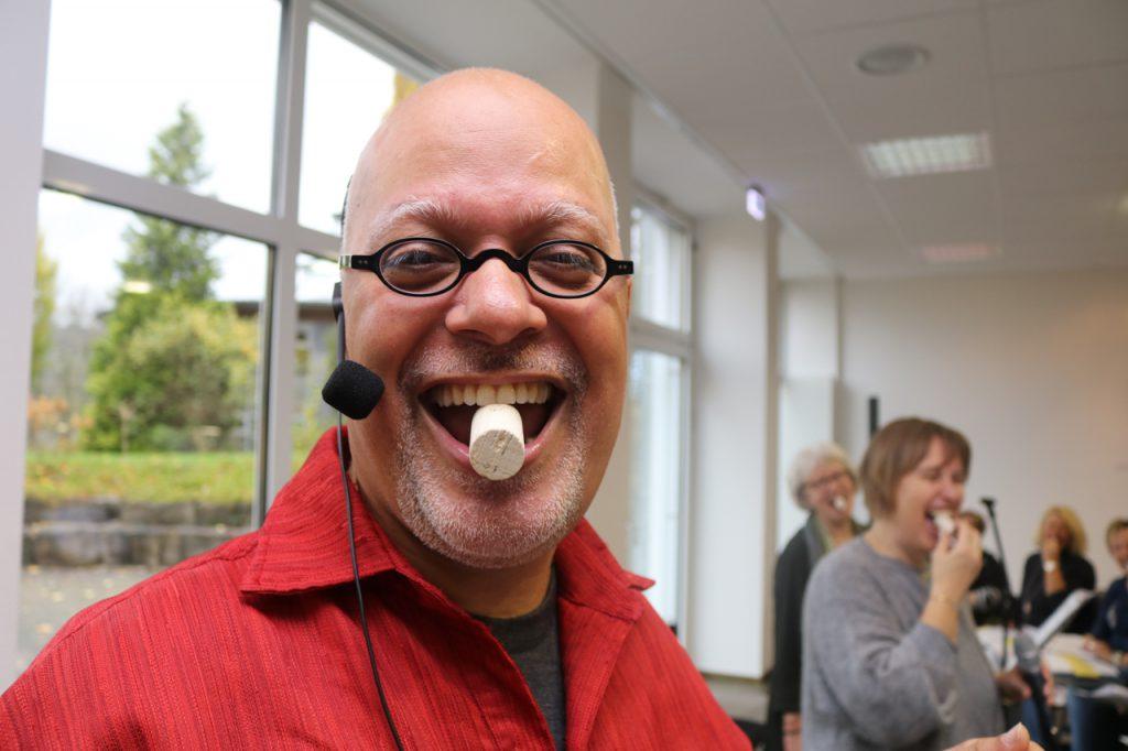 Für das Vokaltraining hilft der gute alte Korken. Foto: Kultur Pur/Ulrich Bock