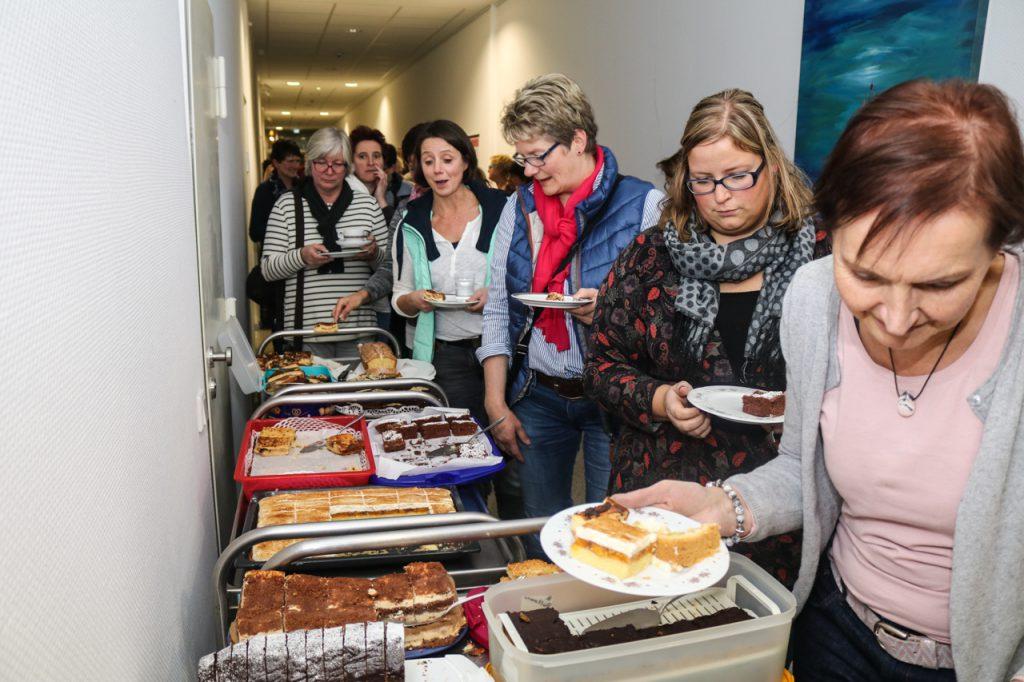Für das Kuchenbuffet gab es wieder reichlich Spenden. Foto: Kultur Pur/Ulrich Bock