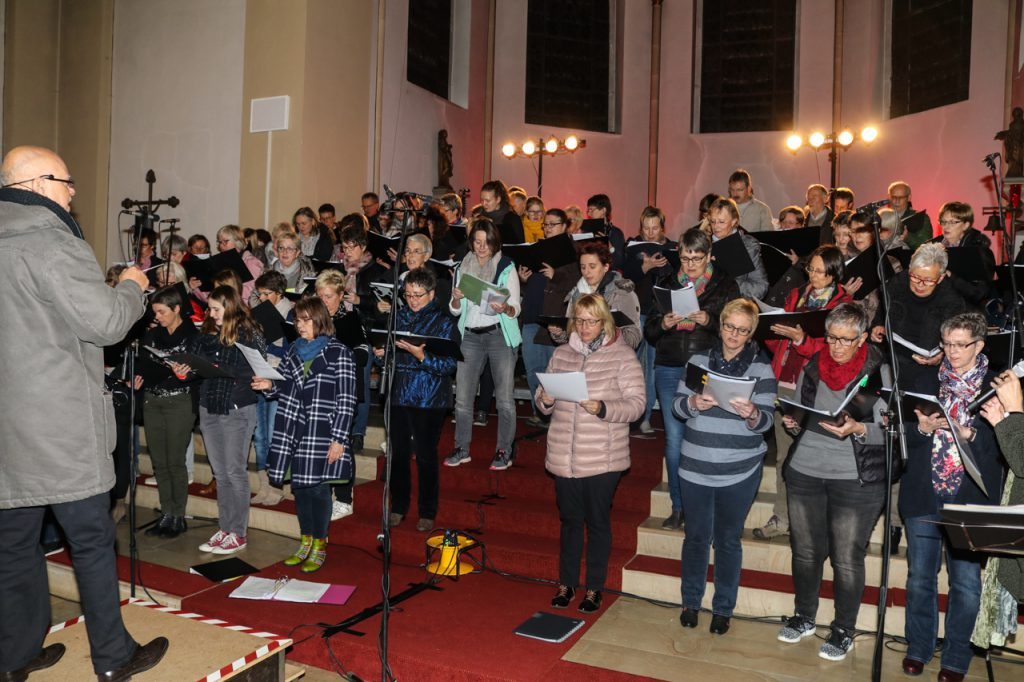Der Chor füllt den ganzen Altarraum aus. Foto: Ulrich Bock/Kultur Pur