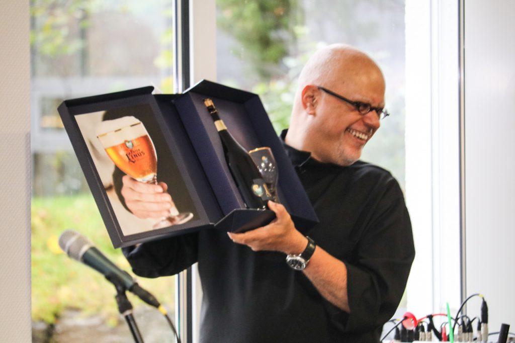 Ein Dankeschön an die Hannveraner: Ein Geschenkpaket mit Pater Linus-Bier aus der Abtei Königsmünster in Meschede. Foto: Kultur Pur/Ulrich Bock