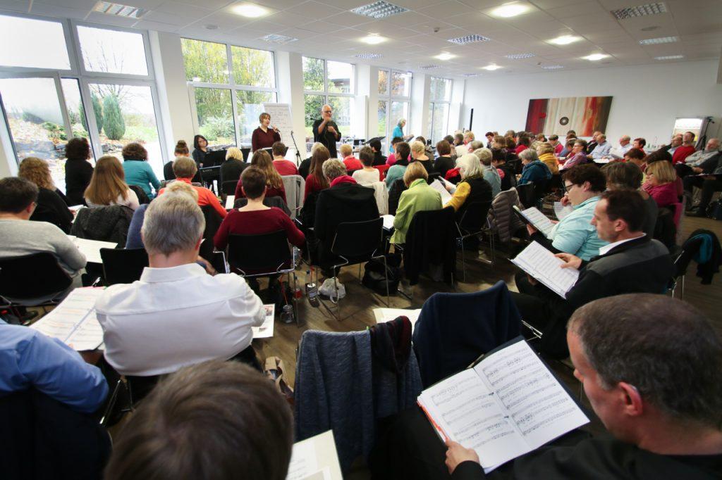 Mit 100 Sängerinnen, Sängern und Musikern ist der Felsensaal gut gefüllt. Foto: Kultur Pur/Ulrich Bock