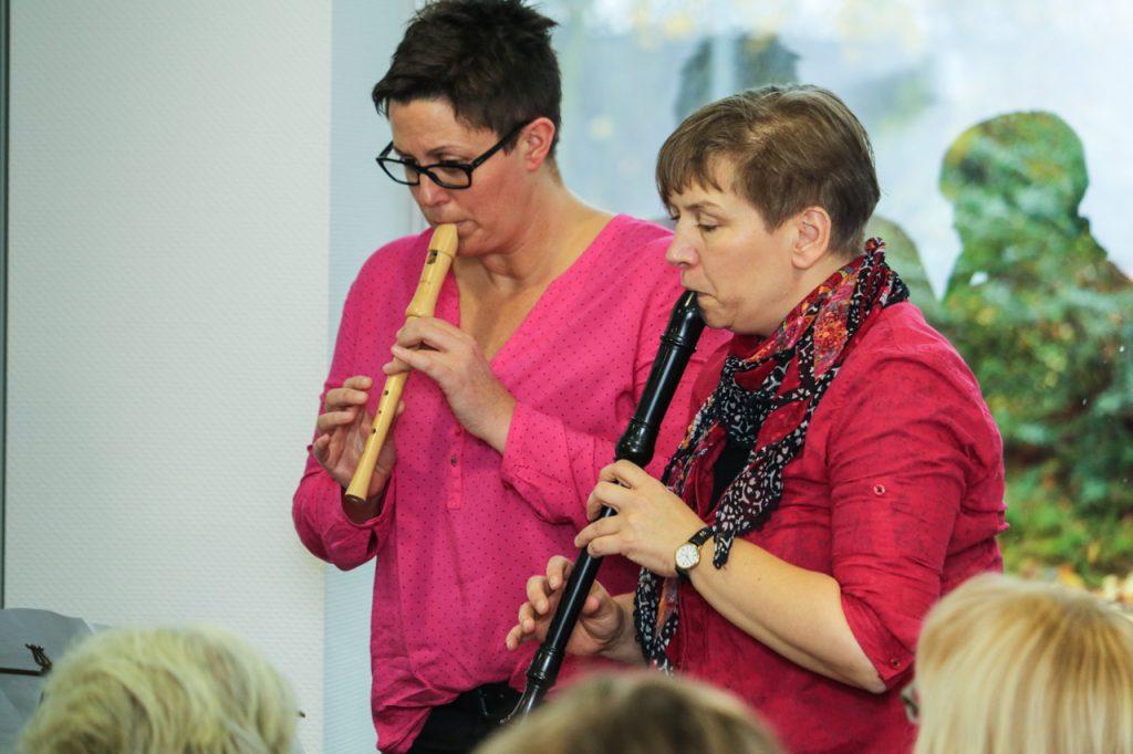 """Katja und Thekla spielen beim """"Father"""" die Flöte. Foto: Kultur Pur/Ulrich Bock"""