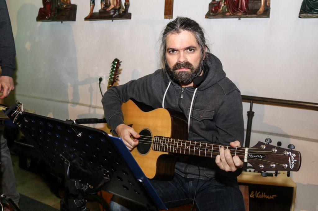 Gabriel spielt traditionell die Gitarre. Foto: Kultur Pur/Ulrich Bock