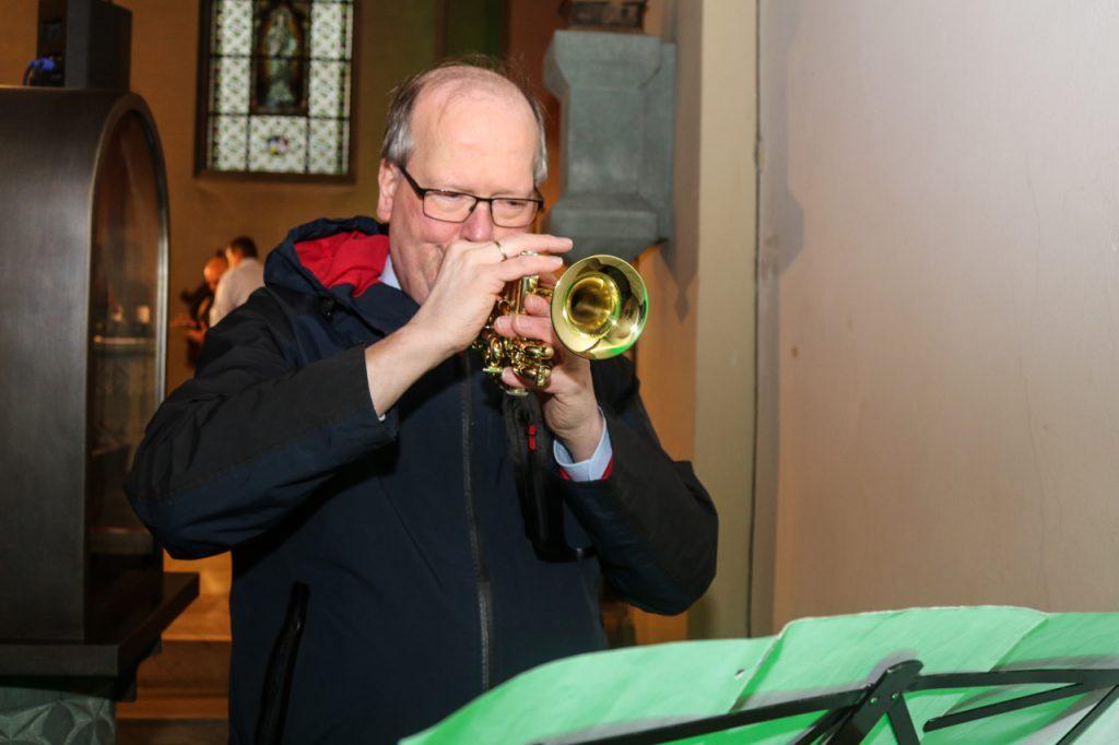 Und Martin spielt beim Vater Unser die Trompete. Foto: Kultur Pur/Ulrich Bock