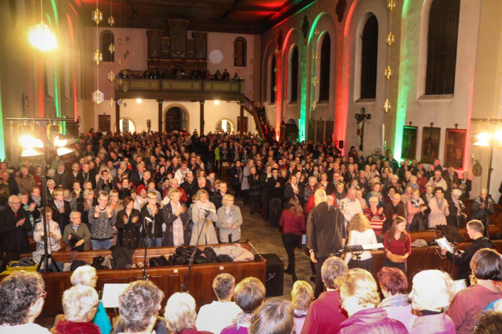 Voll wie an Weihnachten: Die St, Andreas-Kirche ist bis zur Orgelbühne hoch gefüllt. Foto: Kultur Pur/Ulrich Bock