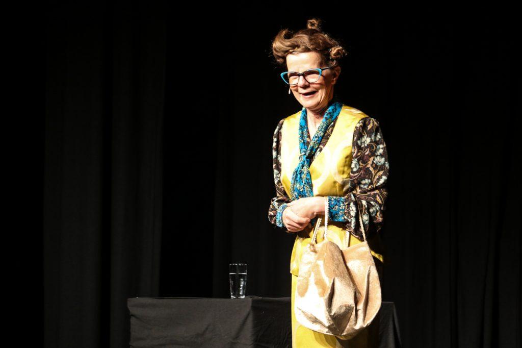 Gelbes Kleid. grüne Brille: Im neuen Outfit betritt Frieda Braun die Bühne. Foto: Kultur Pur/Ulrich Bock