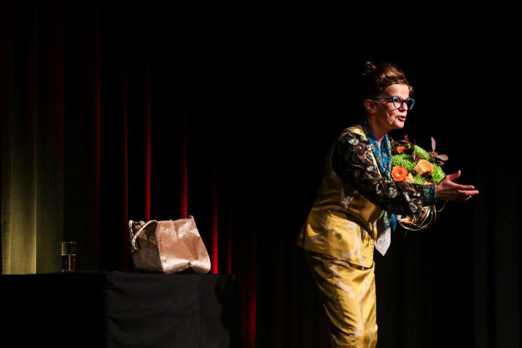 Mit Blumen von Kultur Pur verlässt Frieda Braun die Bühne. Foto: Kultur Pur/Ulrich Bock