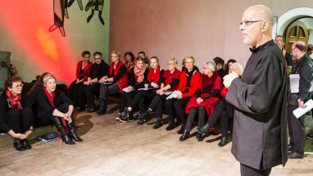 Letzte Instruktionen vor dem Konzert in der Christkönig-Kirche. Foto: Kultur Pur/Ulrich Bock