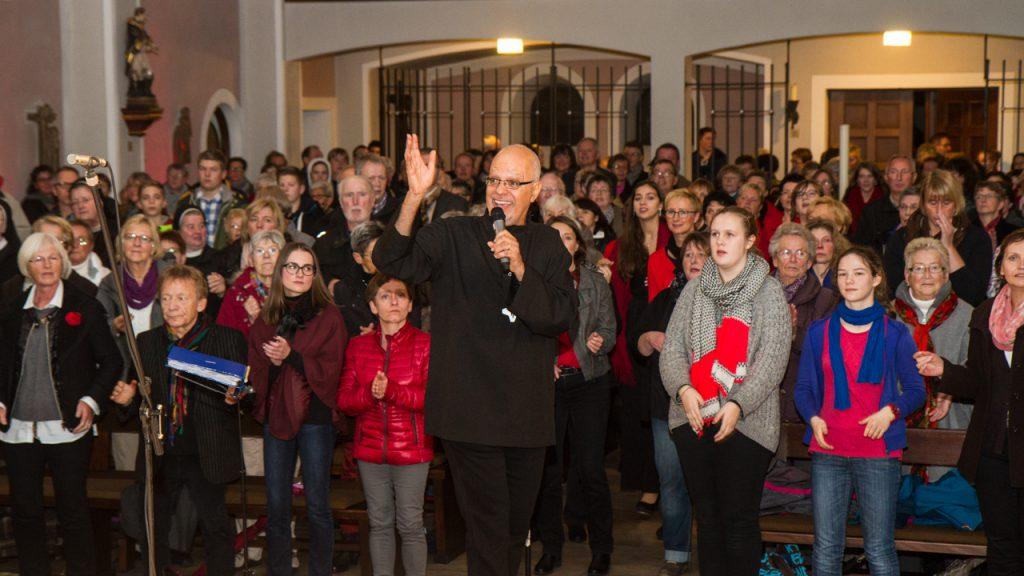 Carlos hat sichtlich Freude mit dem Chor... Foto: Kultur Pur/Ulrich Bock
