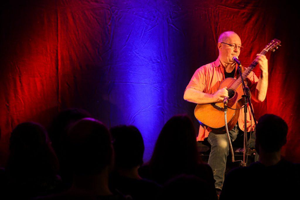 Kleine Bühne, kleiener Mann, große Musik: Sammy Vomáčka impnierte am Freitagabend mit seinem Können. Foto: Kultur Pur/Ulrich Bock