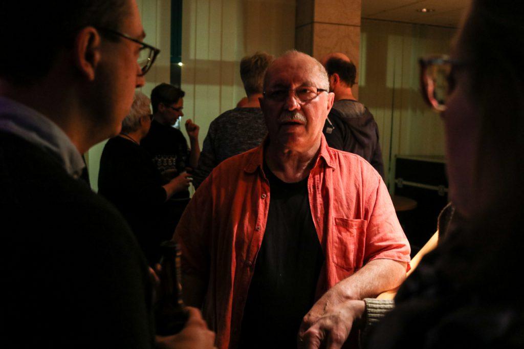Pausengespräch: Hier ist der Künstler dem Publikum ganz nah. Foto: Kultur Pur/Ulrich Bock
