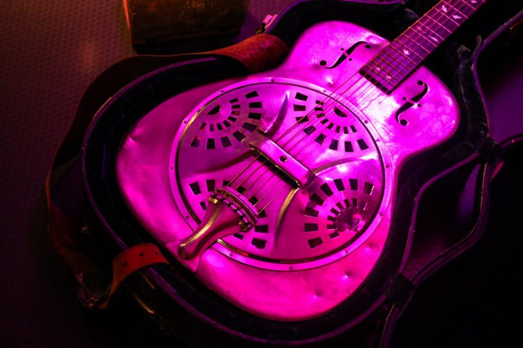 """Kraftvoll. Die """"Dobro"""" aus Metall klingt wie eine veredelte Blechdose. Foto: Kultur Pur/Ulrich Bock"""