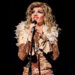 Den zweiten Teil ihres Programms betritt Christine Prayon als altende Diva die Bühne. Jetzt kommt ihr schauspielerisches Können zur Geltung. Foto: Kultur Pur/Ulrich Bock