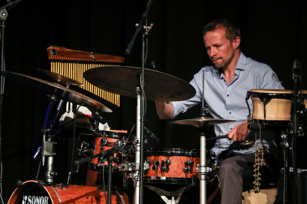 Stephan Emig beim Schlagzeugsolo. Foto: Kultur Pur/Ulrich Bock