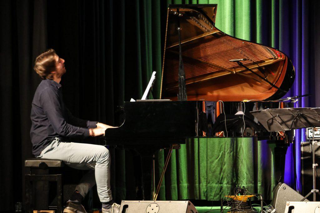 Mit rasenden und gefühlvollen Fingerläufen begleitet Bernhard Schüler den Rhythmus von Bass und Schlagzeug. Foto: Kultur Pur/Ulrich Bock