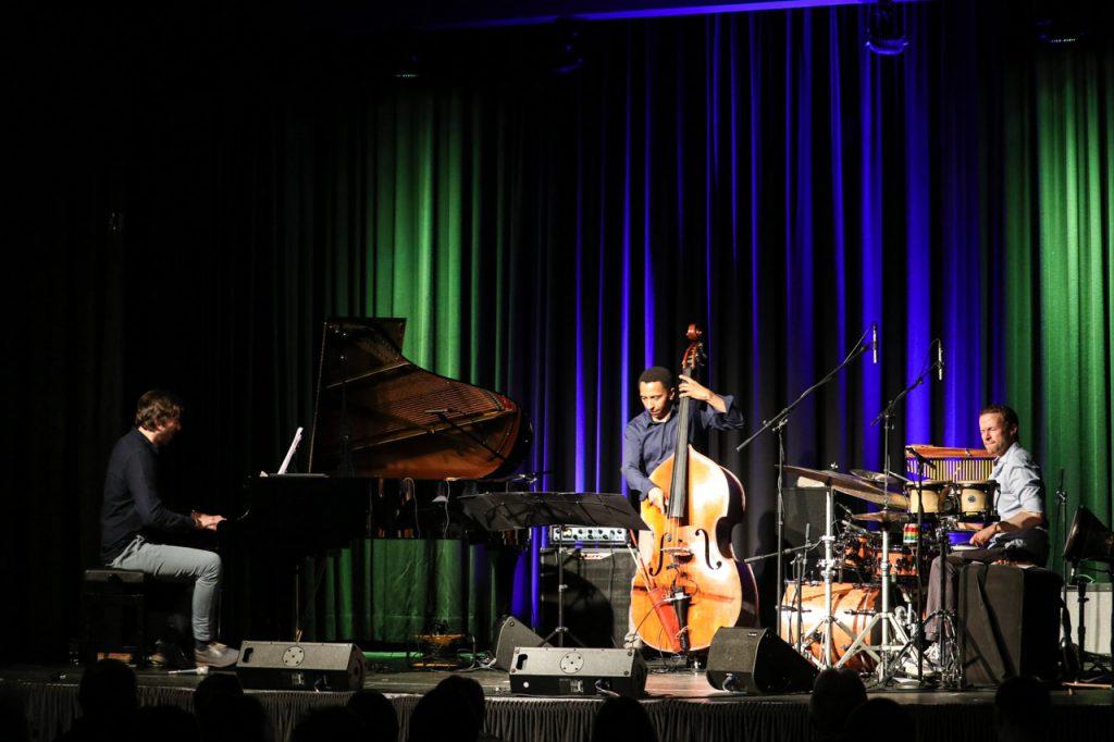 Triosence auf der Bühne des Bestwiger Bürgersaals. Foto: Kultur Pur/Ulrich Bock