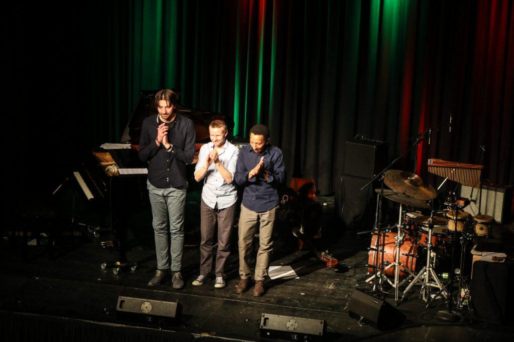Bernhard Schüler, Stephan Emig und Omar Rodriguez Calvo applaudieren dem Bestwiger Publikum. Foto: Kultur Pur/Ulrich Bock