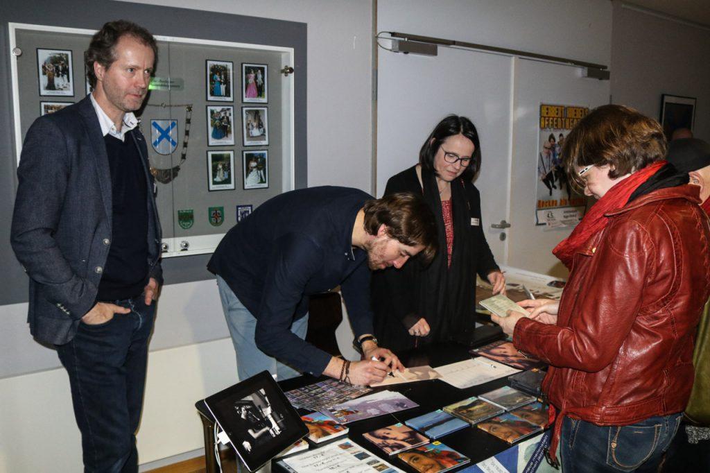 Nach dem Konzert nehmen viele Besucher noch eine CD mit. Foto: Kultur Pur/Ulrich Bock