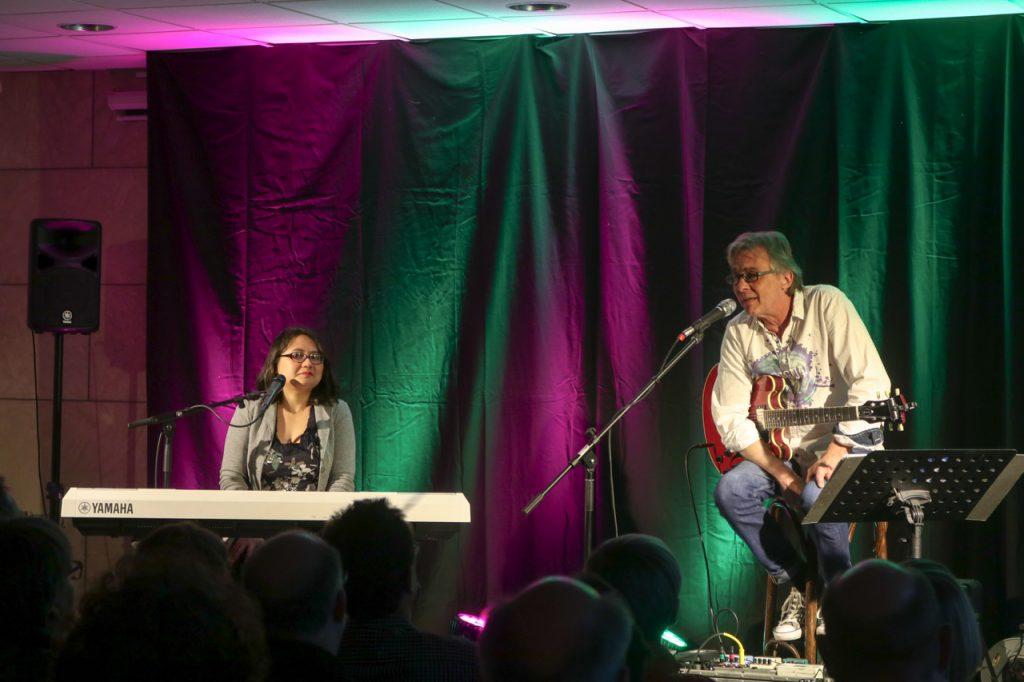 Pit Schwaar begrüßt die Gäste und erzählt, wie Agnes und er bei einem Musicalprojekt erstmals zusammen musizierten. Foto: Kultur Pur/Ulrich Bock