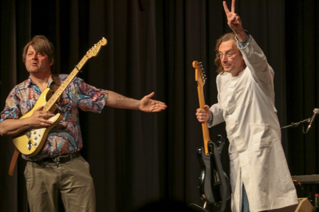 """""""Begrüßen Sie an der Gitarrenanreichung: Schwester Manfred. Die macht zurzeit ihr soziales Jahr bei uns."""" Foto: Kultur Pur/Ulrich Bock"""