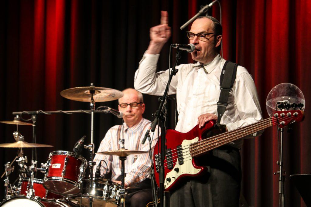 Auch Ernst Pichl und der Trainer können singen - wenngleich die Jury unter Leitung von Herbert Knebel entschieden hat, dass er das in der Regel selber tut. Foto: Kultur Pur/Ulrich Bock
